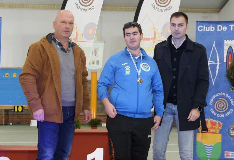 Foto Adrián Orjales recibindo medalla